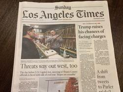 シャスタ郡議会での騒動について取り上げた新聞記事(左側)=ロサンゼルス・タイムズ紙2020年1月10日付