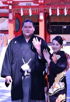 Sumo wrestler Terunofuji, left, poses for a commemorative photo with his wife after their wedding ceremony at the Tomioka Hachimangu shrine in Tokyo's Koto Ward on Feb. 11, 2021. (Pool photo)