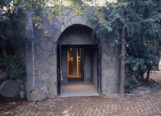 「ビアホール・ハートランド」穴ぐら館入り口。看板や広告は掲げられていない