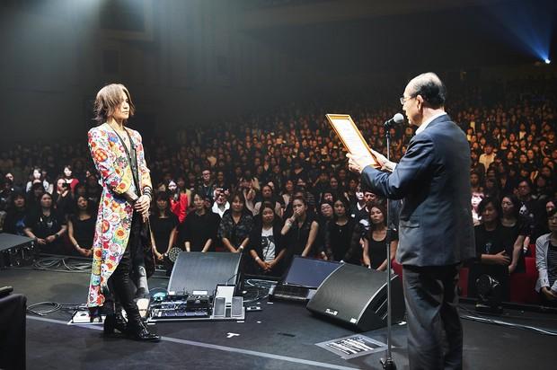 水素の啓発活動が評価され、原田義昭環境相(当時、右)から感謝状を贈られるSUGIZOさん(2019年7月) Photo by Keiko Tanabe