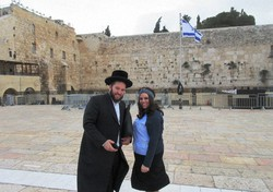 嘆きの壁の前でユダヤ教徒のカップルがポーズをとってくれた=撮影は本文記事の翌朝(写真は筆者撮影)