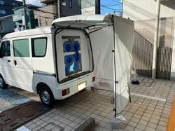 「湘南おおふなクリニック」の長谷川太郎院長が訪問PCR検査で使用する改造ワゴン車=長谷川さん提供(画像の一部を加工しています)