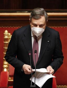 上院で所信表明演説をするイタリアのドラギ首相=ローマで2021年2月17日、AP