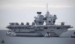 アジア太平洋に派遣予定の最新鋭空母「クイーン・エリザベス」号=英ポーツマス海軍基地で2020年9月9日、AP