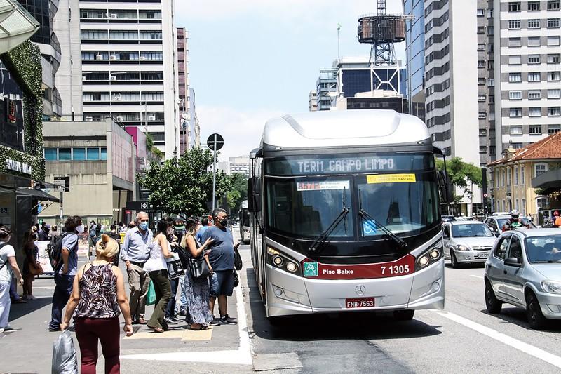 サンパウロ市のバスを利用する市民たち 筆者撮影