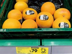 コーティング剤が使用された果物が並ぶ 筆者撮影