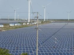 広大な敷地に太陽光パネルが並ぶ発電基地=中国江蘇省塩城市で2020年10月14日、米村耕一撮影