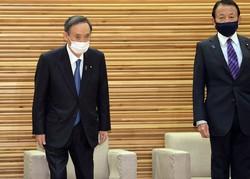 閣議に臨む菅義偉首相(左)と麻生太郎財務相=首相官邸で2021年2月12日、竹内幹撮影
