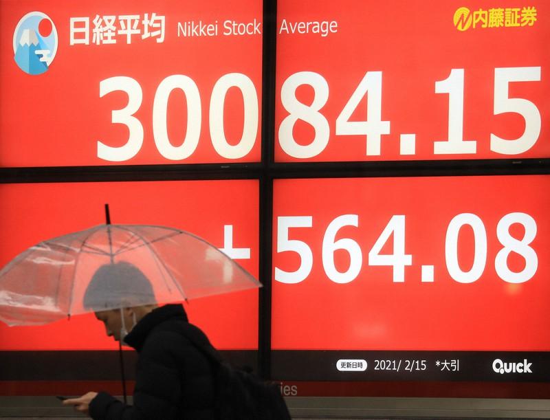 日経平均株価の終値が3万円を超える=東京都中央区で2021年2月15日、梅村直承撮影