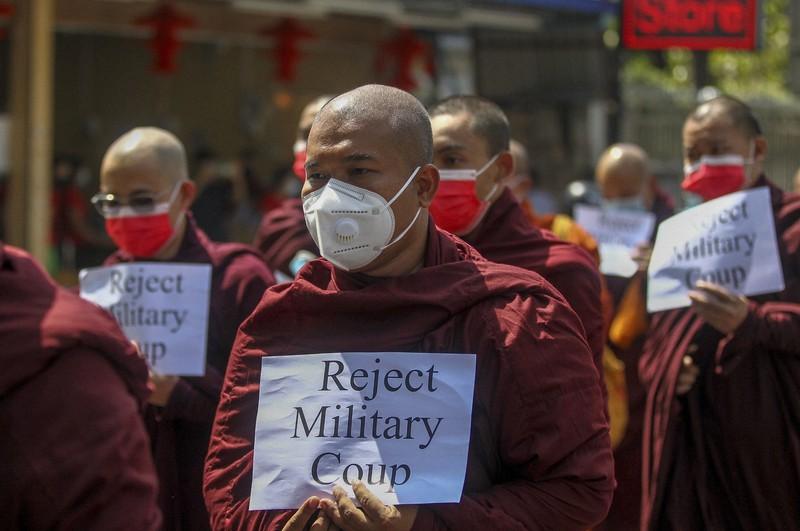 軍事クーデターに抗議する僧侶ら=ミャンマーの最大都市ヤンゴンで2月16日、AP