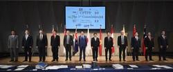 記念写真に収まる安倍首相(左から6人目)、茂木経済再生相(同7人目)=いずれも当時=とTPP参加各国閣僚ら=東京都内のホテルで2019年1月19日午後1時10分(代表撮影)