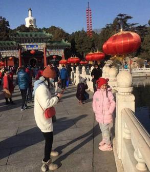 春節休暇中、大勢の市民でにぎわう北京市内の観光地「北海公園」=2021年2月15日、小倉祥徳撮影
