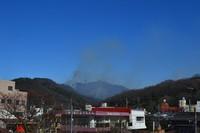 Plumes of smoke rise from a wildfire in Ashikaga, Tochigi Prefecture, on Feb. 24, 2021. (Mainichi/Yuzuru Ota)