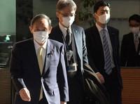 Prime Minister Yoshihide Suga, left, is seen entering the prime minister's office. (Mainichi/Kan Takeuchi)