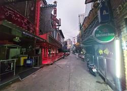 夕方になっても人がいないバンコクの歓楽街。かつては日本人を含む外国人であふれていた=20年6月、筆者撮影