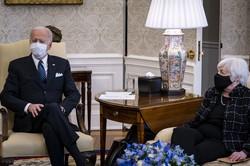 ロビンフッド事件は、新政権と金融・IT業界との根深い癒着体質を浮き彫りにした(バイデン大統領と話すイエレン財務長官〈右〉)(Bloomberg)