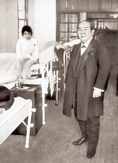 養育院板橋本院の病室を訪れた渋沢栄一(渋沢資料館提供)