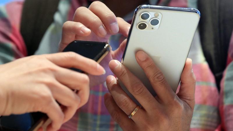アイフォーンのアプリ利用者の個人情報取得をどこまで認めるか議論になっている=東京都千代田区で2019年9月20日、梅村直承撮影