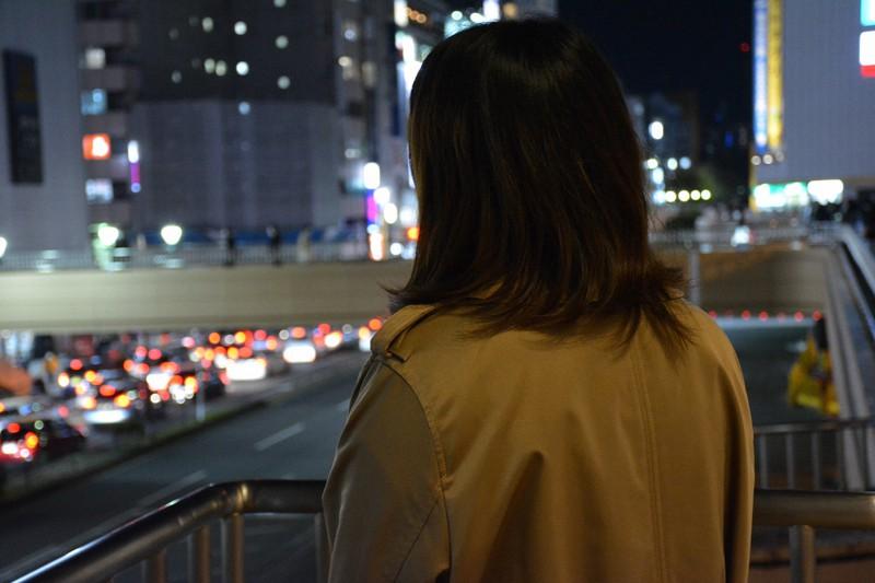 Yayoi (nama samaran) menatap lampu kota Sendai = difoto oleh Shunsuke Sekiya