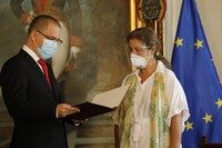"""European Union Ambassador to Venezuela Isabel Brilhante Pedrosa is presented with a letter of """"persona non grata"""" from Venezuelan Foreign Minister Jorge Arreaza at his office in Caracas, Venezuela, on Feb. 24, 2021. (AP Photo/Ariana Cubillos)"""