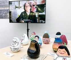 「起き上がりこぼし」が展示された会場では、高田健三さんが生前に収録した映像が放映されていた(台湾・台南市) 筆者撮影