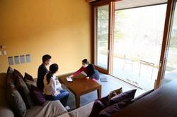 星野リゾートでは、社員がフロント、調理、食事提供、客室清掃の「マルチタスク」をこなす=同社提供