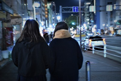 母子は肩を寄せ合って夜の街路に消えていった=神戸市で、関谷俊介撮影
