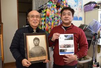 Masahiro Sasaki, left, and his son Sumiyuki Sasaki, hold a portrait of Sadako Sasaki and talk about an upcoming documentary film about the young atomic bombing victim, in the city of Nakagawa, Fukuoka Prefecture, on Jan. 15, 2021. (Mainichi/Yusaku Yoshikawa)
