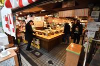 Few people are seen inside a Japanese-style pub amid the coronavirus pandemic, in Osaka on Feb. 12, 2021. (Mainichi/Kenji Kiba)