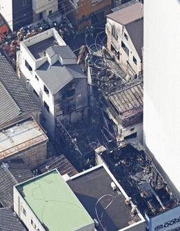 Firefighters are seen battling a fire in a residential area in Koto Ward, Tokyo, at 9:20 a.m. on March 1, 2021. (Mainichi)