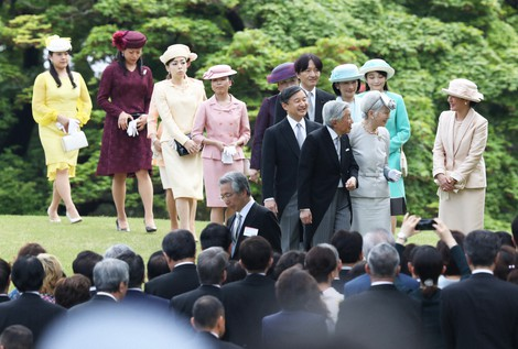 This file photo taken on April 25, 2018 shows the Imperial Family members during the imperial garden party at the Akasaka Imperial Gardens in Tokyo's Minato Ward. (Mainichi/Junichi Sasaki)