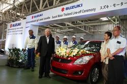 タイの新工場の開所式に出席する鈴木修会長兼社長(2012年11月)