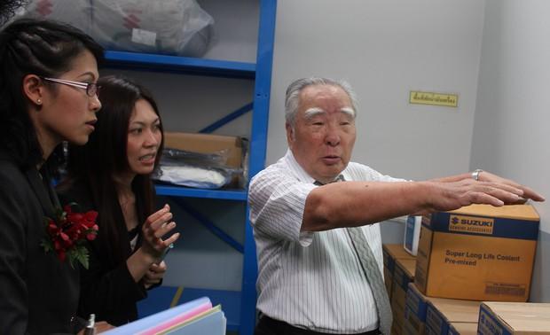 タイのディーラーで現地の社員に指示を出す鈴木修会長兼社長(2012年11月)