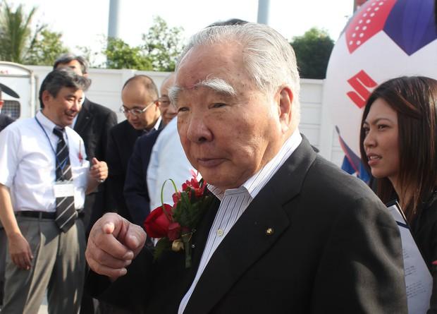 バンコクのディーラー店舗の開所式に出席する鈴木修会長兼社長(2012年11月)