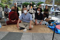 Takamatsu Gushiken (center) stages a sit-in in front of the Okinawa Prefectural Government office in Naha on March 1. (Mainichi/Takayasu Endo)