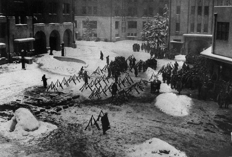 Rebel soldiers gather in the courtyard of the Metropolitan Police Department on Feb. 26, 1936. (Mainichi)