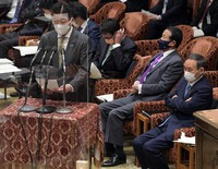 Chief Cabinet Secretary Katsunobu Kato speaks about the resignation of Cabinet Public Relations Secretary Makiko Yamada during the House of Representatives Budget Committee meeting on March 1, 2021. Prime Minister Yoshihide Suga is seen to the right. (Mainichi/Kan Takeuchi)