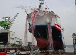 川崎重工業が製造した世界初の液化水素運搬船の進水式=神戸市中央区の同社神戸工場で2019年12月11日午前11時16分、宇都宮裕一撮影