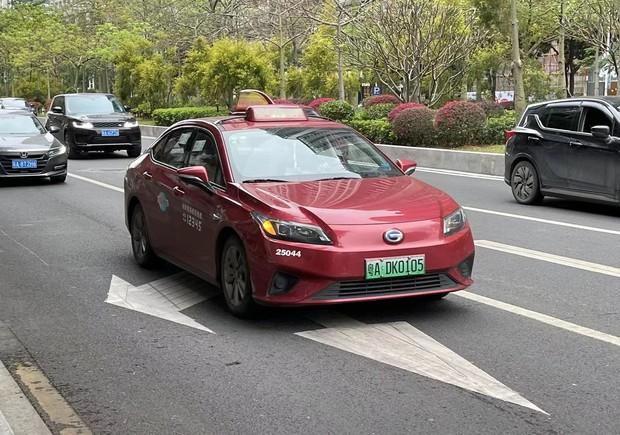 広州市内を走る広州汽車傘下の広汽埃安新能源汽車のEVタクシー(2021年2月)