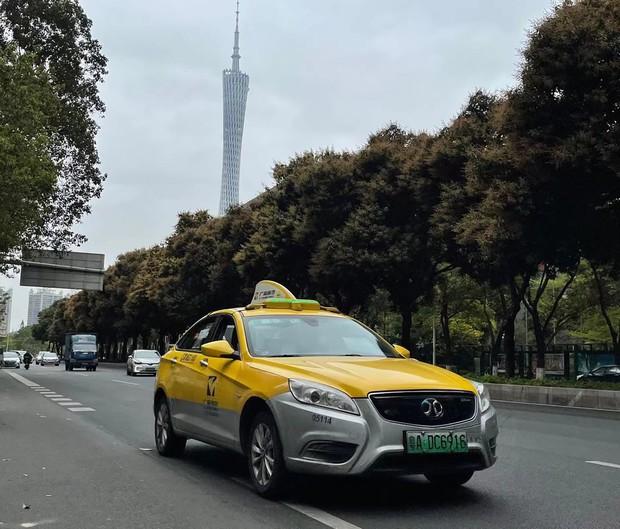 北京汽車傘下の北京新能源汽車のEVタクシー(2021年2月、広州市内)