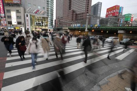 マスクをして東京都心の繁華街を行き交う人々。新型コロナウイルスの影響で経済が落ち込む中、失業や賃金減少で生活が追い詰められる人が増えている=2020年3月30日、喜屋武真之介撮影
