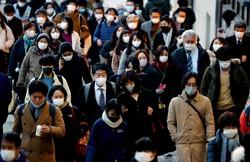 マスクを着けて足早に駅に向かう人たち=東京都新宿区で2021年1月7日、宮武祐希撮影