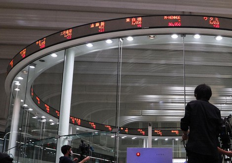 This file photo shows the Tokyo Stock Exchange. (Mainichi)