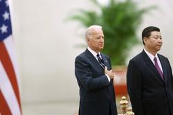 米中首脳の脳裏には、10年前に習氏(右)の招きでバイデン氏が訪中した際の経験があった?(中国・北京で2011年8月18日)(Bloomberg)