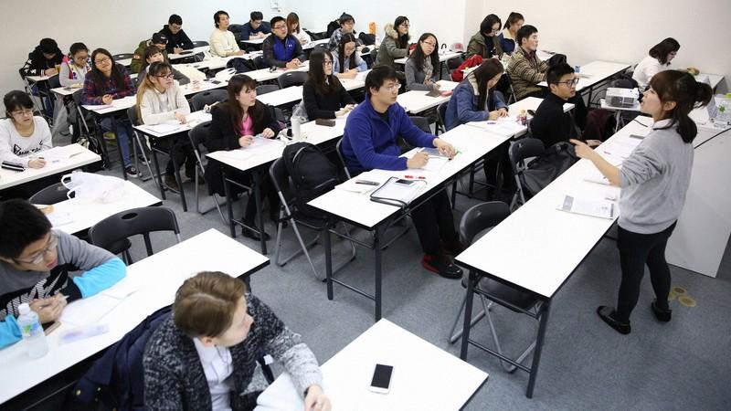 行知学園では日本の大学・大学院進学を目指して中国人らが熱心に学ぶ=東京都新宿区で