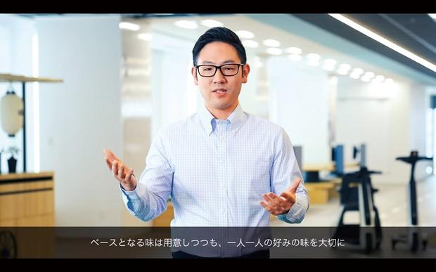身振りを交えてウ―ヴン・シティについて説明する豊田大輔氏 ウ―ヴン・プラネット・グループのユーチューブ動画より