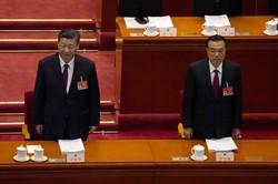 北京の人民大会堂で開会した全人代に臨む習近平国家主席(左)と李克強首相=5日、AP