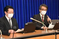 Takaji Wakita, director of the National Institute of Infectious Diseases and head of a panel advising the Ministry of Health, Labor and Welfare on coronavirus prevention measures, right, is seen at a press conference after a board meeting, on March 3, 2021, in Chiyoda Ward, Tokyo. (Mainichi/Hidenori Yazawa)