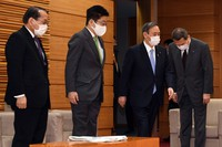Japanese Prime Minister Yoshihide Suga, second from right, attends a Cabinet meeting at his office in Tokyo on March 5, 2021. (Mainichi/Kaho Kitayama)
