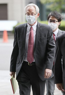 Greg Kelly, a former Nissan Motor Co. executive who was a close aide to former Chairman Carlos Ghosn, enters the Tokyo District Court for his trial, on Sept. 15, 2020. (Pool photo)